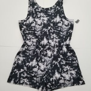 NWT Xersion rompers V back black and white XL